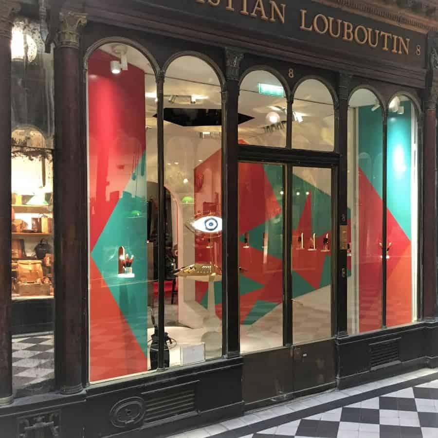 Christian Louboutin : Vitrine de prestige | PLV Luxe et merchandising haut de gamme