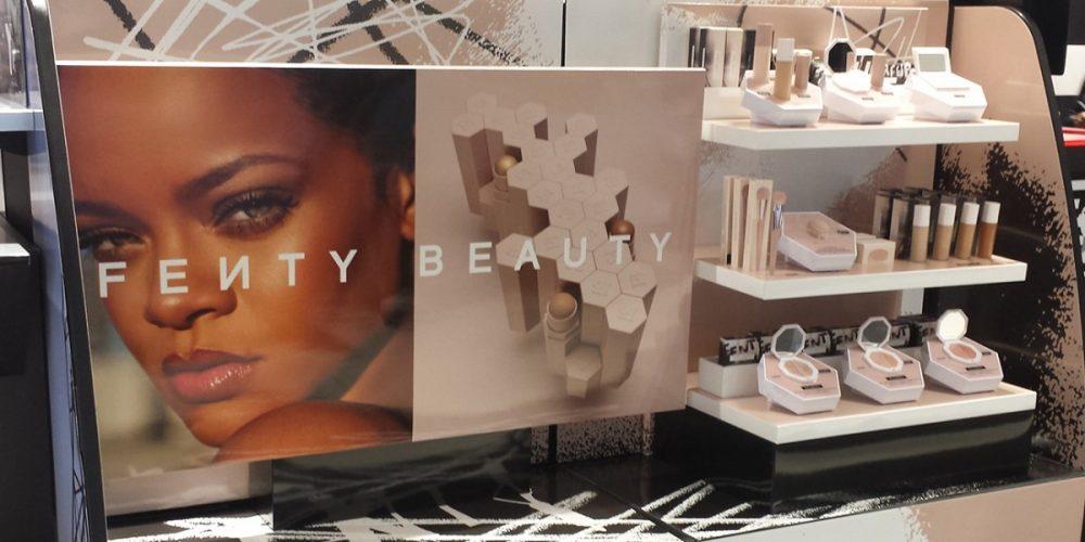 PLV cosmétique (présentoir magasin) Fenty Beauty en plexiglas et carton. EDG tête de gondole glorifier, Design, conception et production de PLV de sol