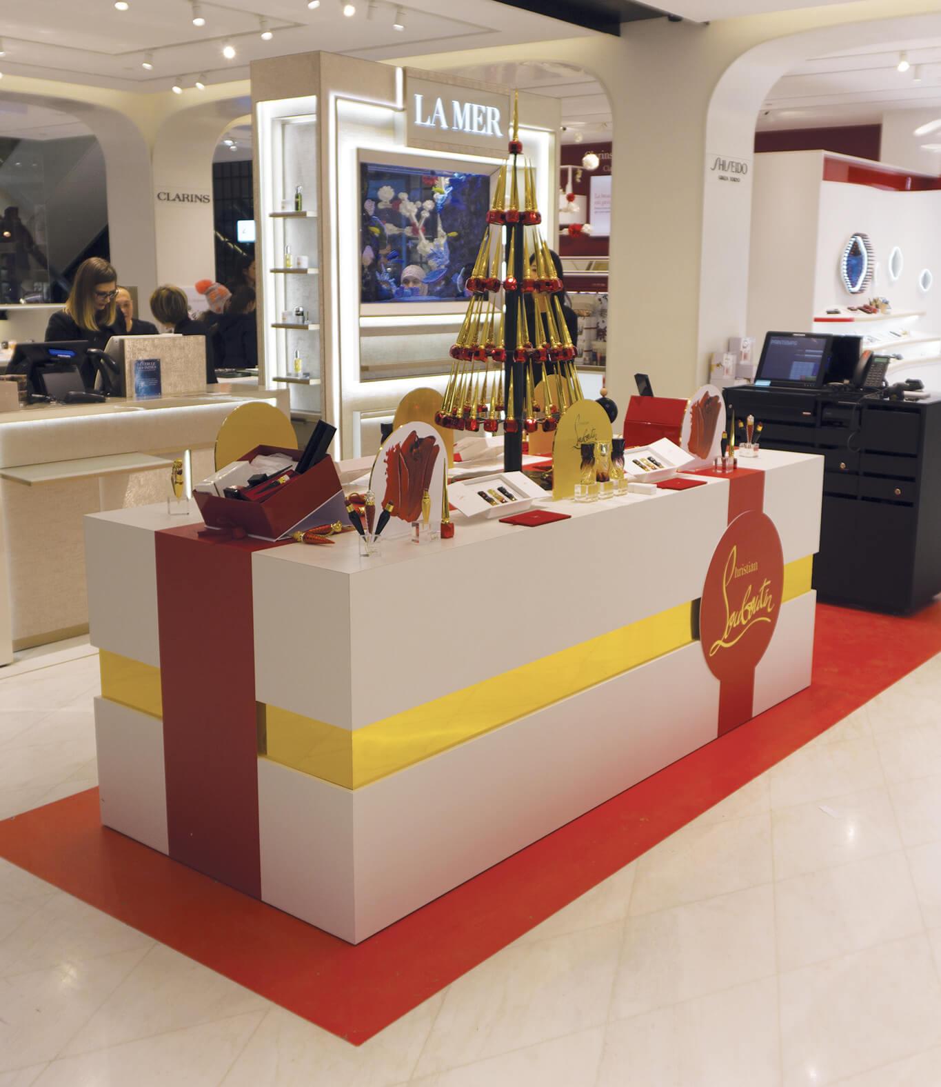 PLV cosmétique Louboutin Beauté. Design, conception, production et installation présentoir magasin (plv de sol, packaging) multi-matériaux : plexiglas, métal, plv carton.